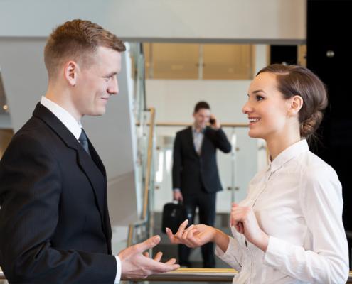 Small talk před pracovní schůzkou - ilustrační foto