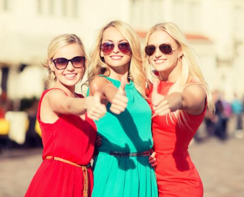 Sluneční brýle na dívkách - ilustrační foto