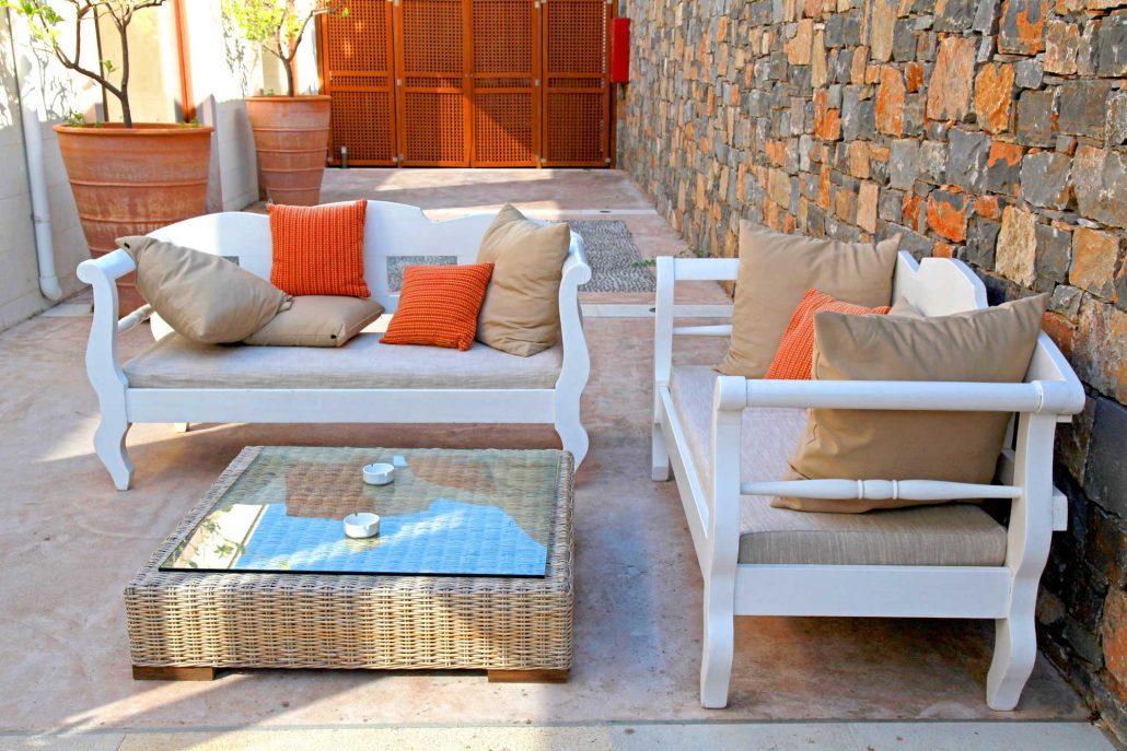 Krásné středomořské patio s bílým venkovní nábytek