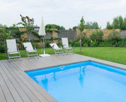 Venkovní bazén a posezení